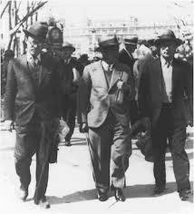 Roberto Gerhard (der.) oficiando de anfitrión en Barcelona de Arnol Schoenberg (centro) y Anton Webern (izq.)