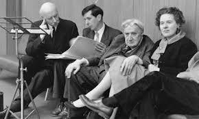 Michael Tippet departe con Adrian Boult (izquierda). A su derecha, Ralph Vaughan Williams
