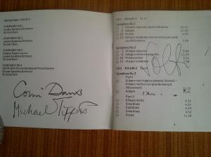 Libreto del cd con la integral de las Sinfonias de Michael Tippett, con los autógrafos del compositor, Colin Davis y Georg Solti.
