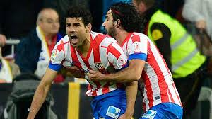 Diego Costa es frenado por Arda Turán tras obtener el 1-1