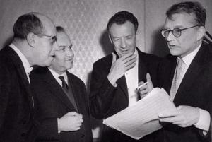 De izquierda a derecha: Rostropovich, Oistrakh, Britten y Shostakovich durante el Festival de Edimburgo de 1962.