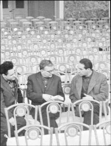Dmitri Shostakovich y Grigori Kozintsev (derecha) conversan durante el ensayo para una grabación discográfica de Hamlet.