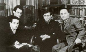 De izquierda a derecha y delante: Grigori Kozintsev, Dmitri Shostakovich y Leonid Trauberg. Detrás, el operador de cámara Andrei Moskvin