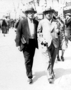 Anton Webern (izquierda) y Arnold Schoenberg (derecha) pasean por Barcelona